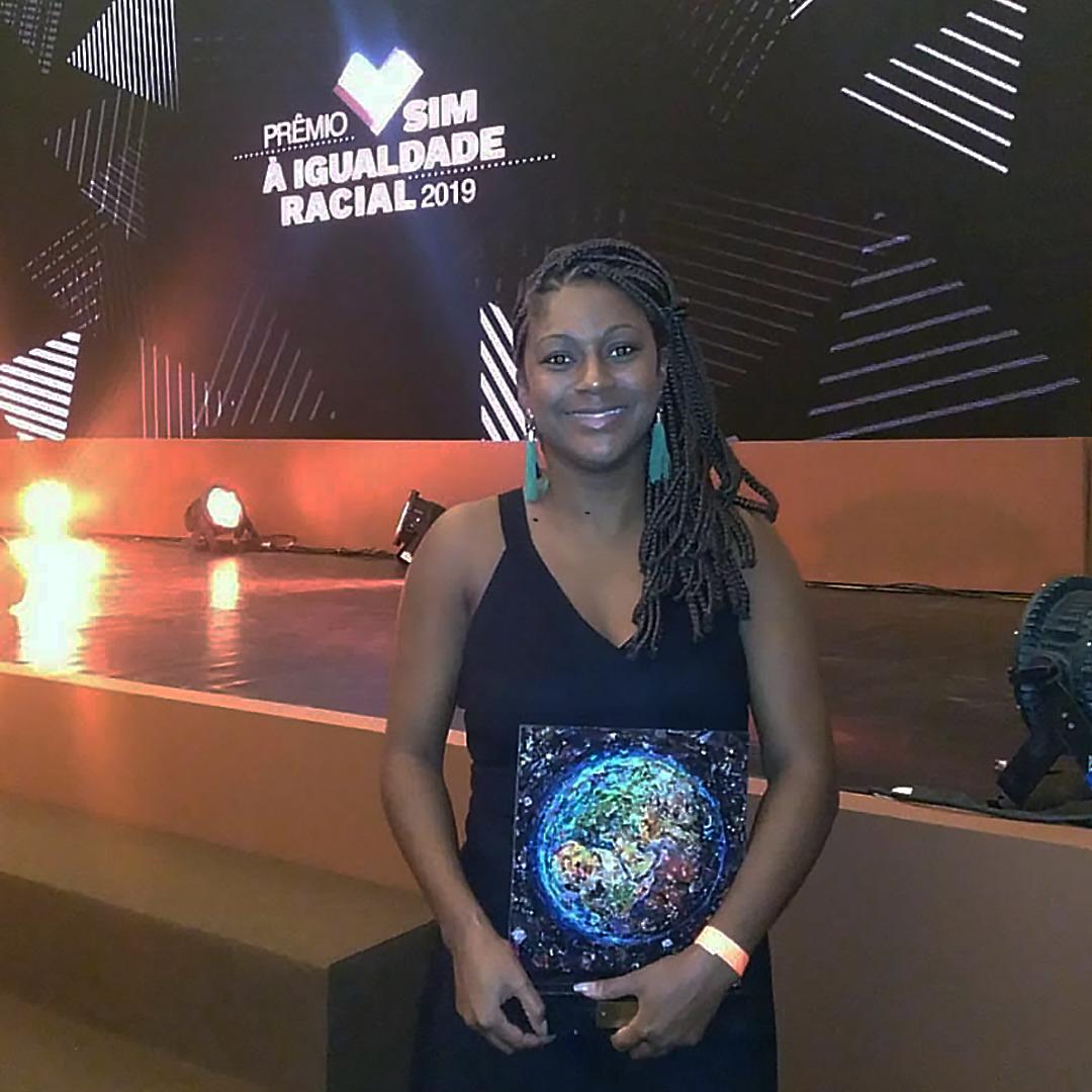 Vanessa Vicente, coordenadora dos núcleos da Uneafro do RJ, recebe o prêmio pela Uneafro Brasil