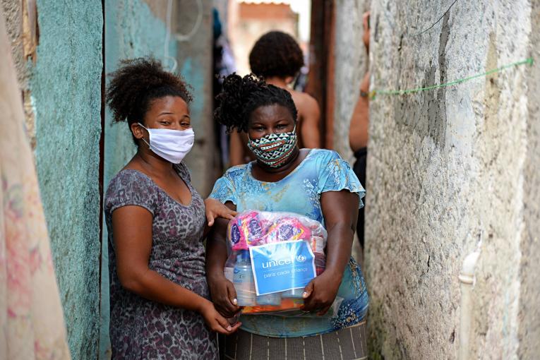 Bolsonaro é inimigo das mulheres negras e de todas as pessoas que menstruam!  Absorventes ficam, Bolsonaro sai!